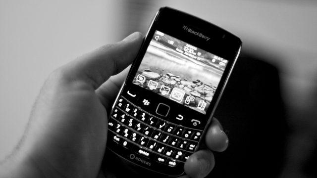 Hace una década encabezaba el mercado con el 40.8%, seguida de Nokia (30.7%), Motorola (9%), Apple (6.8%) y Samsung (6.5%) con el quinto sitio. Hoy la surcoreana está en el primer lugar y la canadiense prácticamente inexistente. BlackBerry Bold 9700/ Roozbeh Rokni. Flickr.com Hace una década la firma tecnológica canadiense BlackBerry era quien encabezaba y lidereaba el mercado de dispositivos móviles en nuestro país con el 40.8%, seguida de Nokia con 30.7% de participación del mercado, Motorola con el 9%, Apple con 6.8% y Samsung en quinto lugar ocupando apenas el 6.5%. Un análisis de la firma The Competitive Intelligence