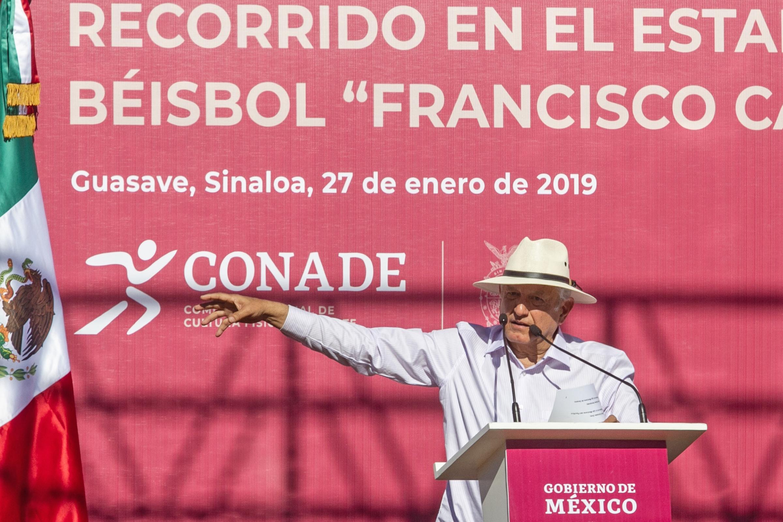 AMLO llama a empresarios para reorganizar el beisbol mexicano