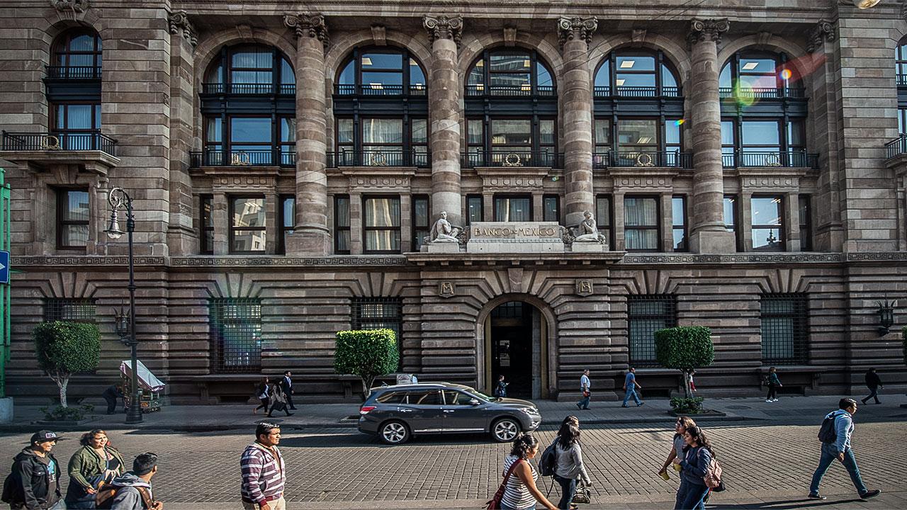 Se enfrentan Banxico y AMLO por Ley de Remuneraciones
