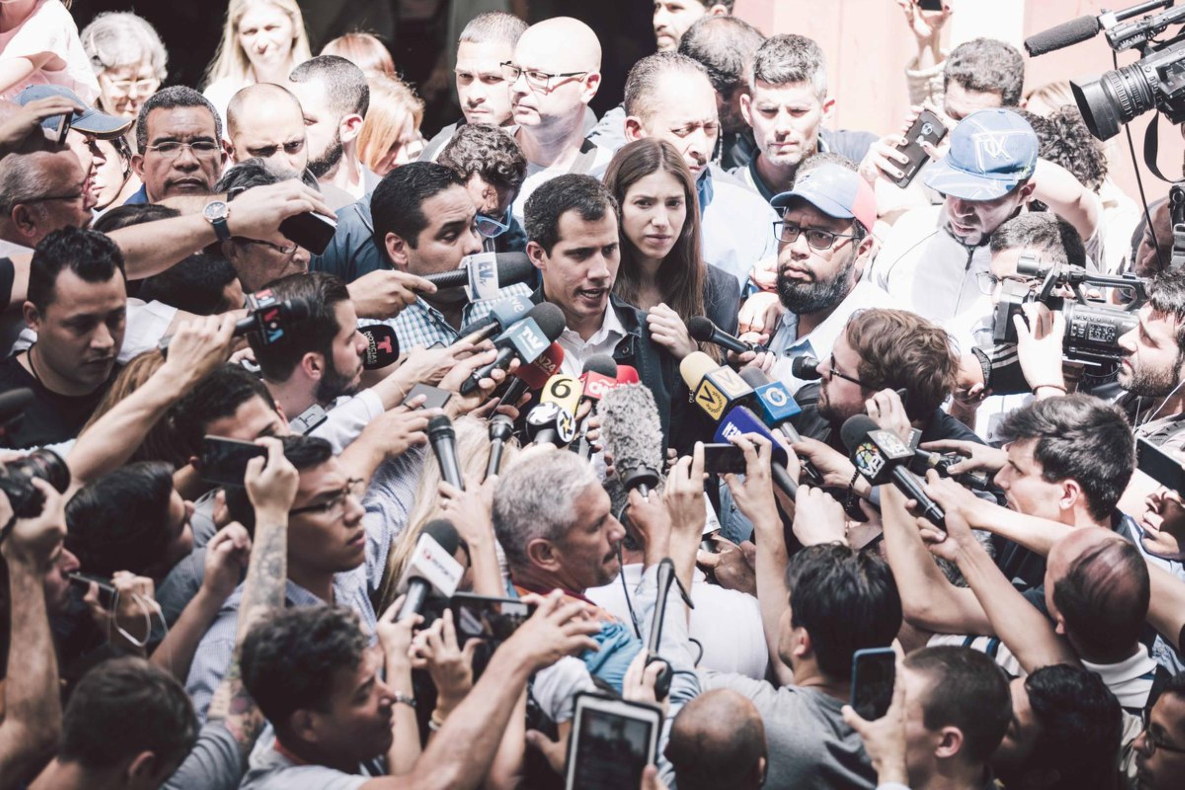 Guaidó acusa a Maduro de mover 1,200 millones de dólares a Uruguay
