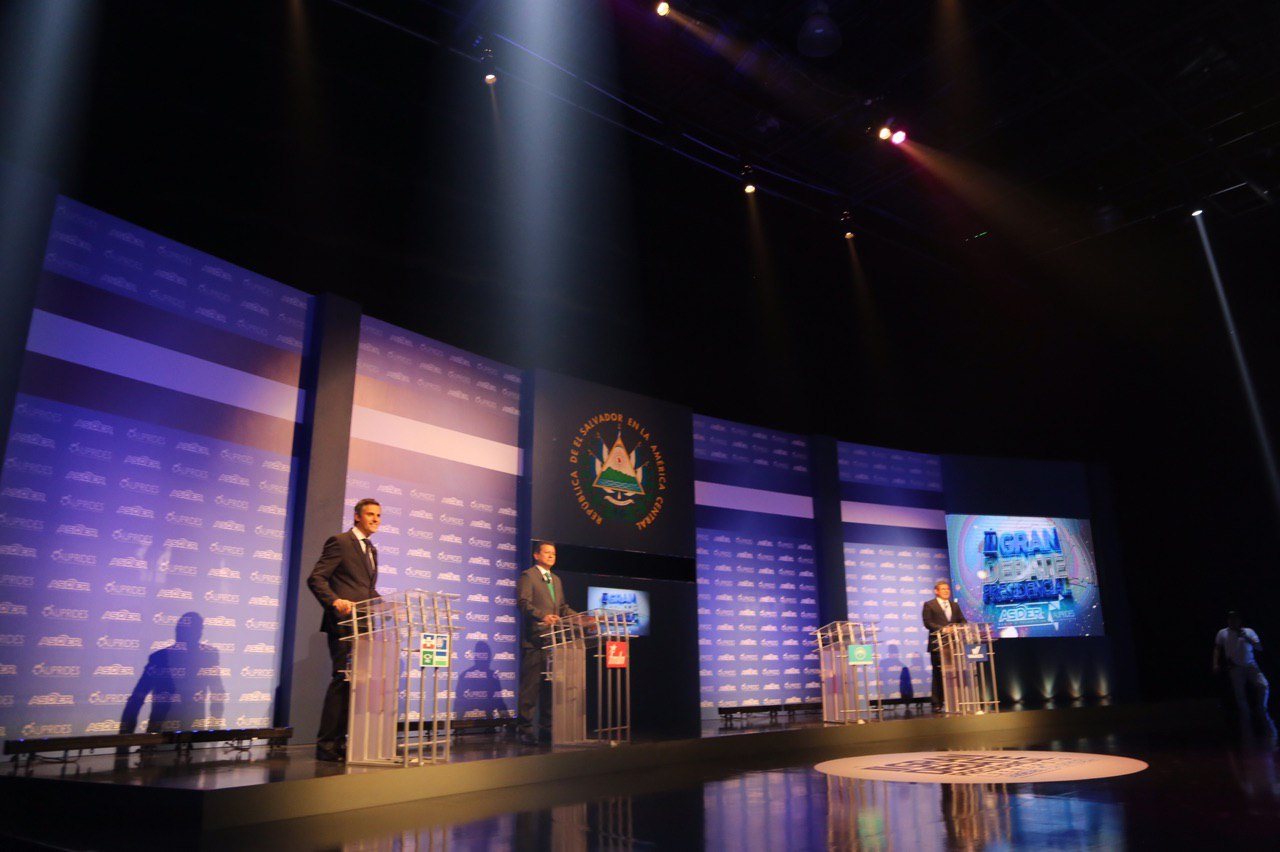 Candidatos a la presidencia de El Salvador buscan ganar votos en último debate