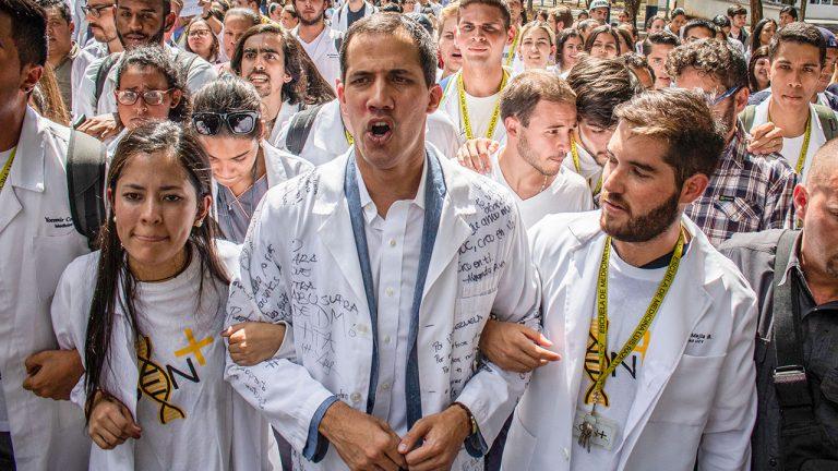 Juan Guaidó marcha en contra del gobierno del presidente Nicolás Maduro, junto a médicos, doctores y estudiantes de medicina. Enero 30, 2019. Caracas, Venezuela. Foto: Rayner Pena/Picture alliance via Getty Images.
