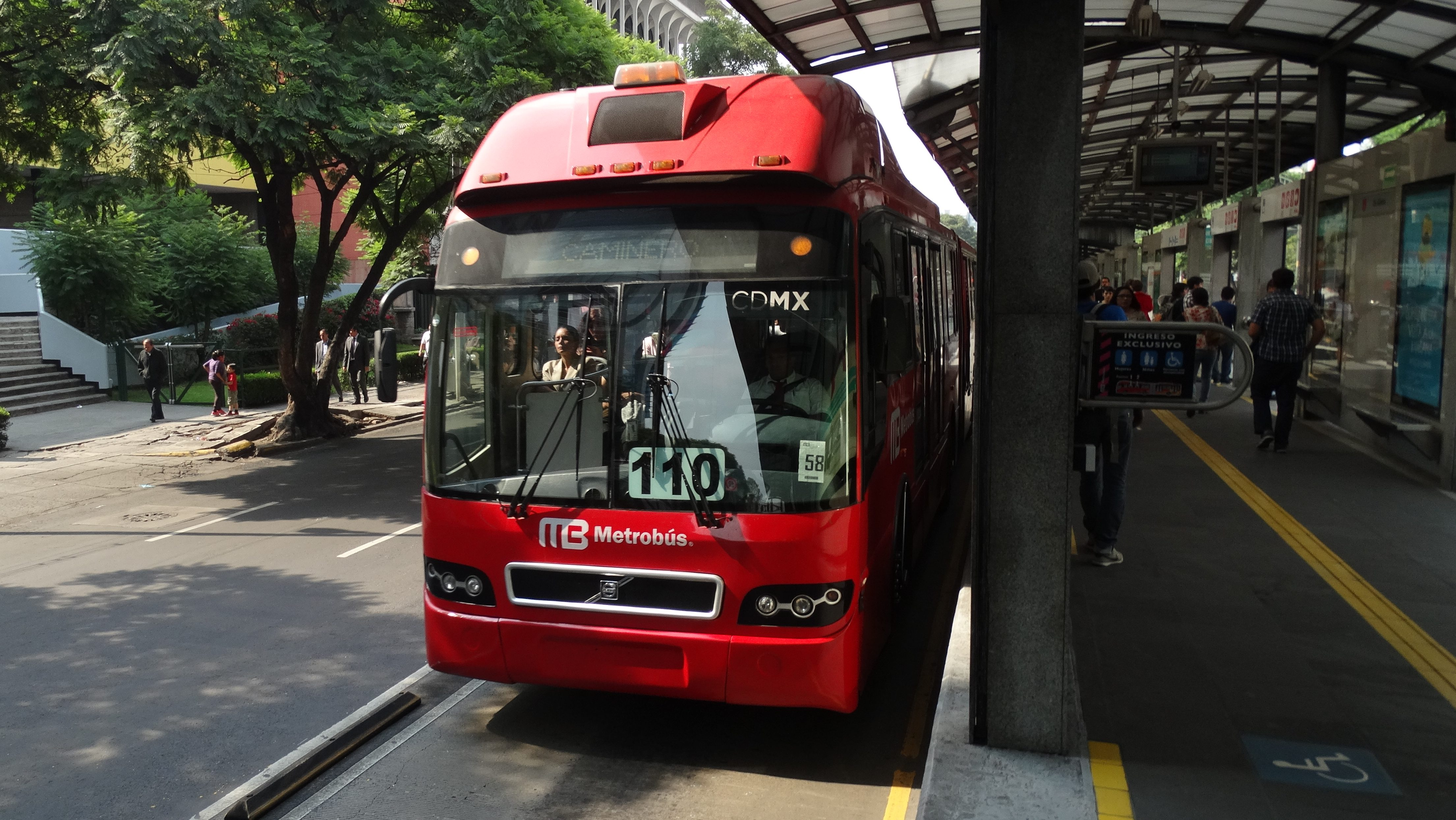 Operadora de la Línea 1 del metrobús, lista para autobuses más ecológicos