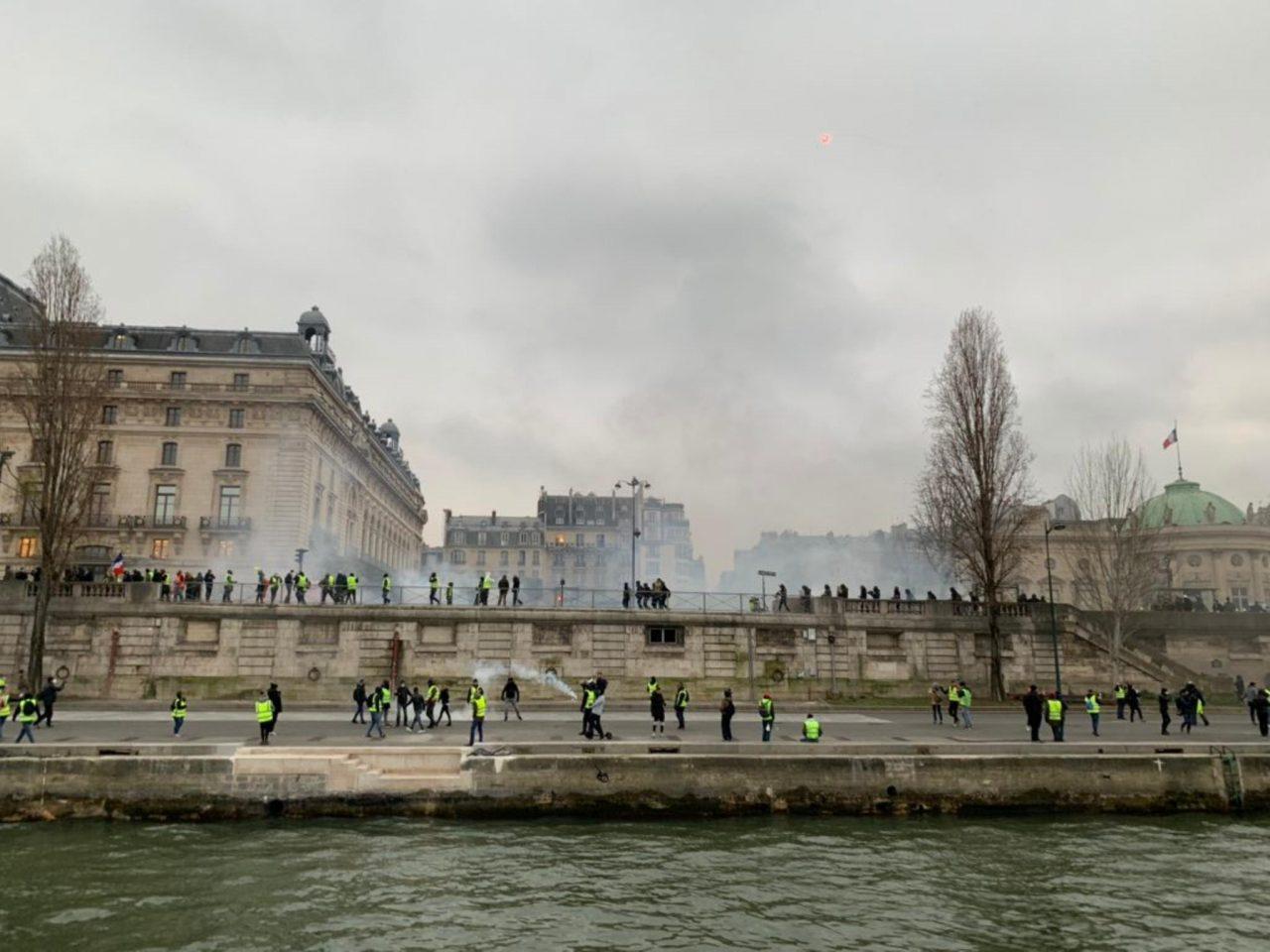 'Chalecos amarillos' causan disturbios en Francia; Macron, no cede