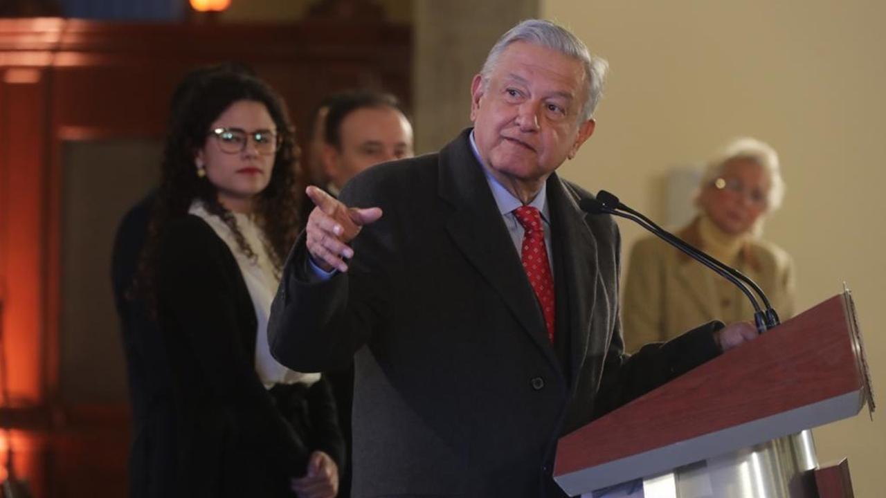 López Obrador entrega apoyos a adultos mayores