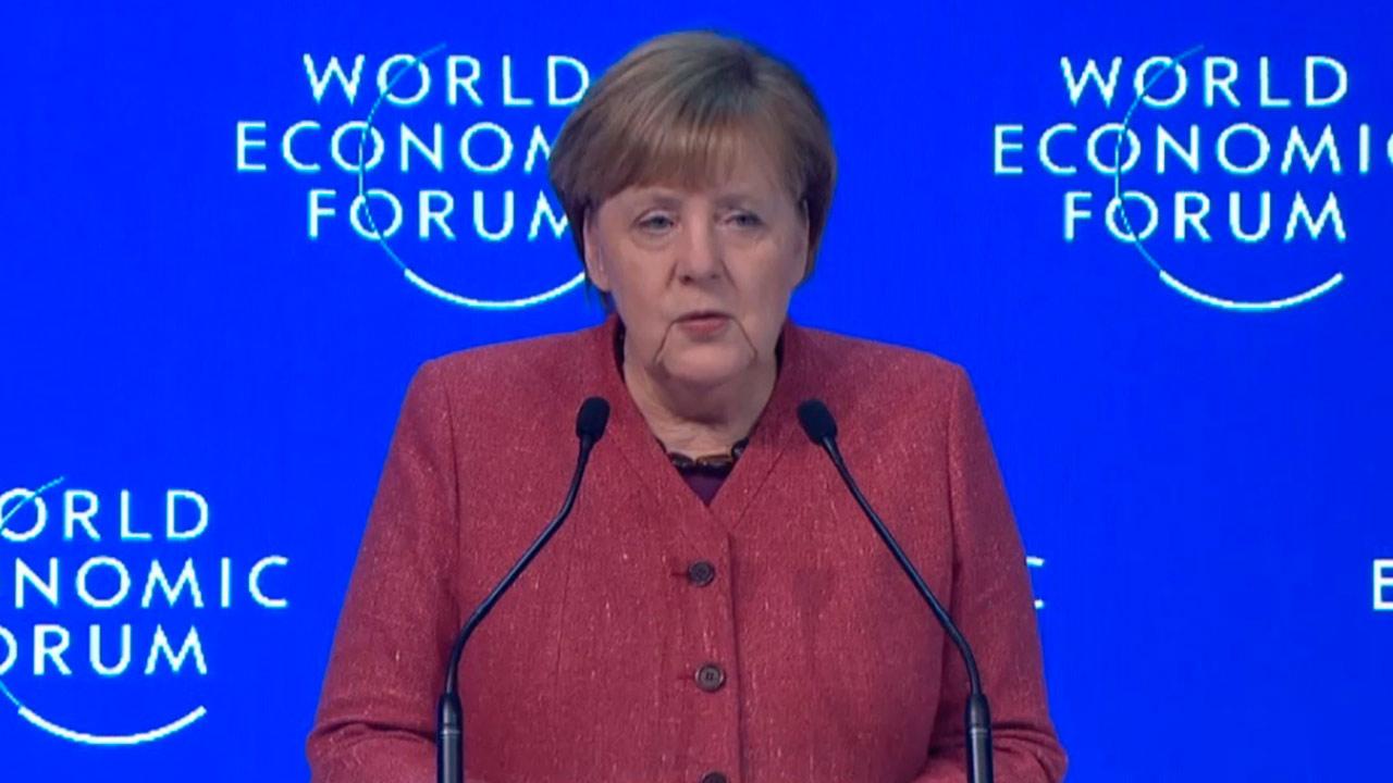 Merkel arremete en Davos contra el proteccionismo de Trump