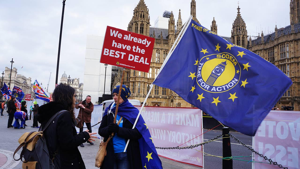 Parlamento le pide ahora a May buscar prórroga para el Brexit