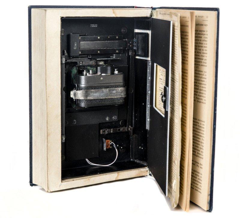Cámara espía oculta dentro de un libro basado en la cámara de resorte F-21 ampliamente utilizada por KGB.