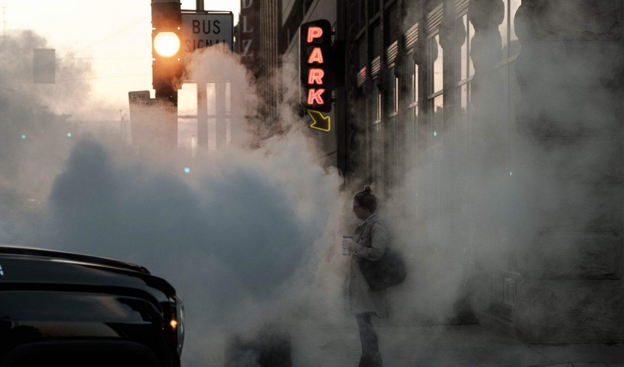 Menores y adultos hasta 65 sufren más el aire contaminado