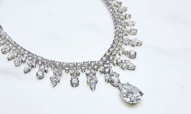 Zoom in al collar de diamantes diseñado por Tiffany para Lady Gaga