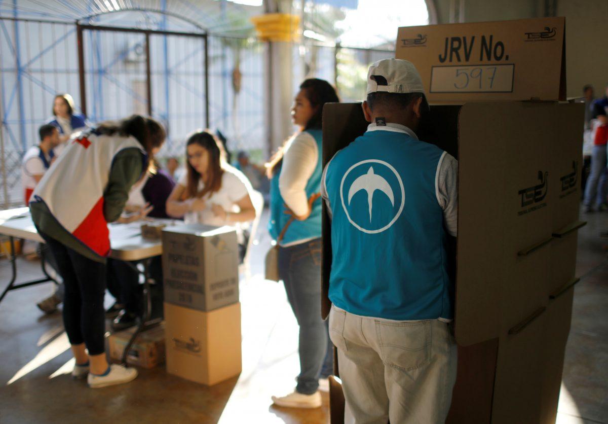 Acuden a votar candidatos presidenciales salvadoreños