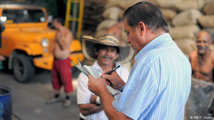 """Cafeteros de Colombia piden ayuda """"urgente"""" ante caída de precios del grano"""
