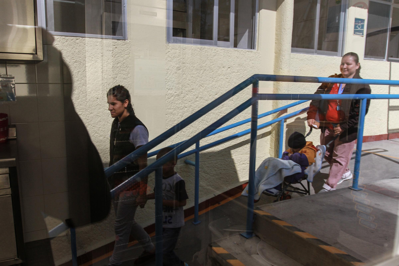 Los abuelos cuidan a 55% de los niños de madres que trabajan: Inegi