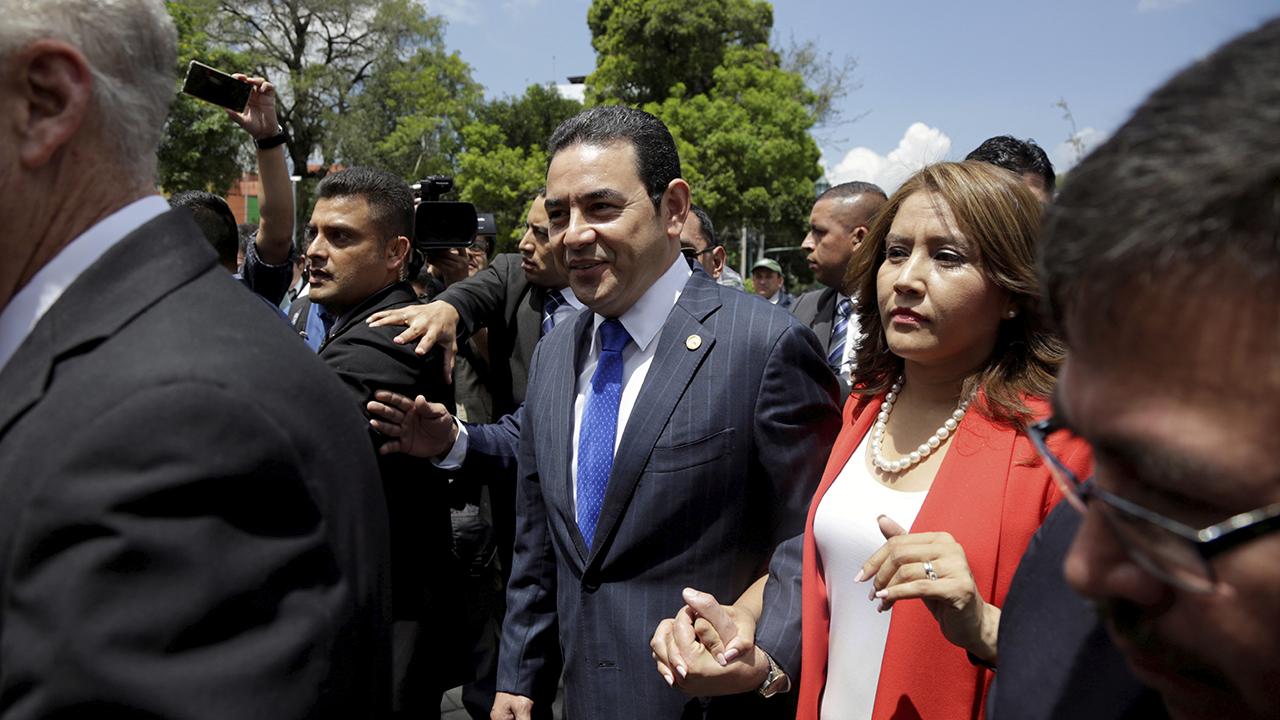 Presidenta de Guatemala admite reunión con candidato capturado en EU