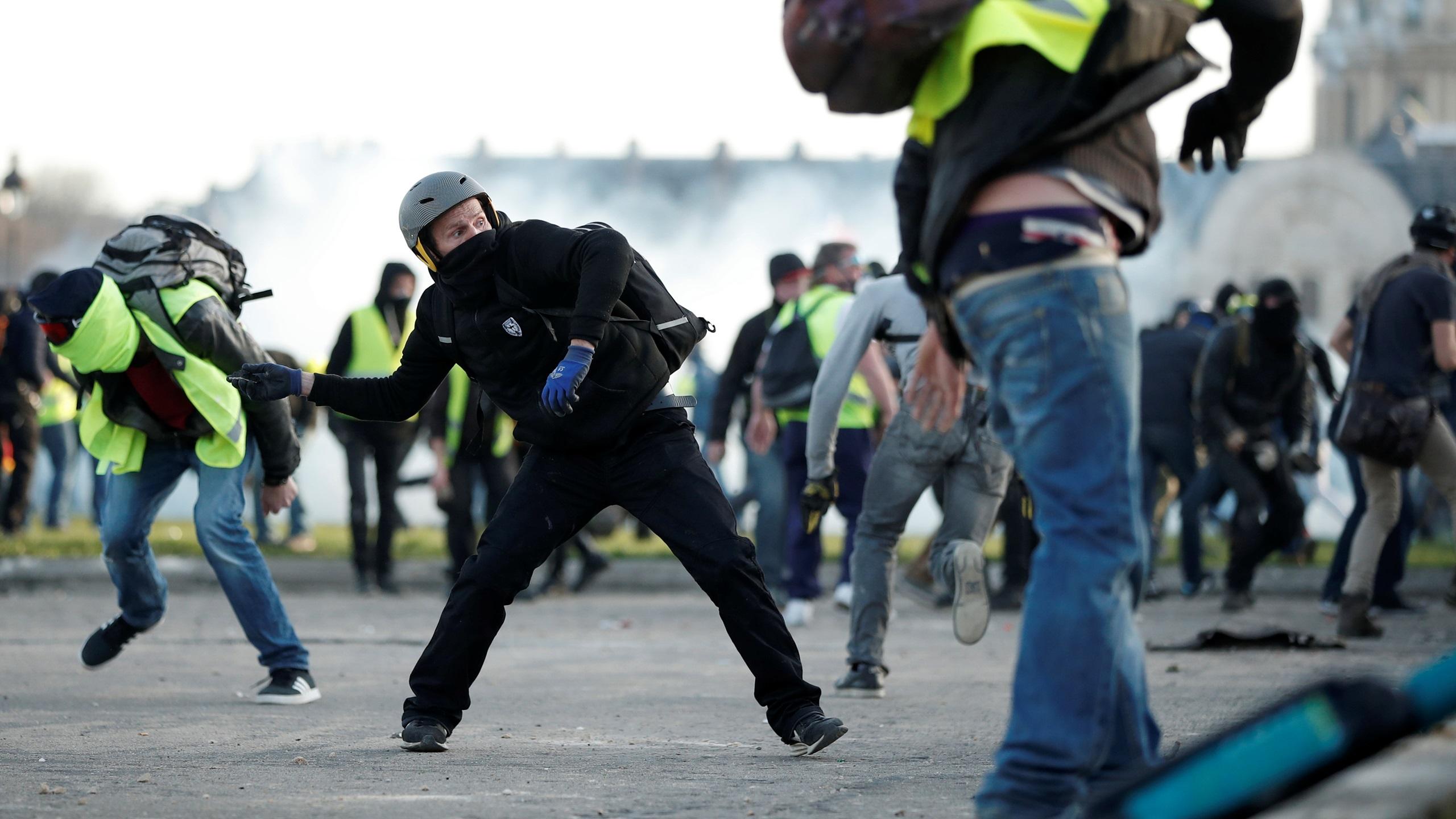 Policía de Francia lanza gas ante protestasviolentasde 'chalecos amarillos'
