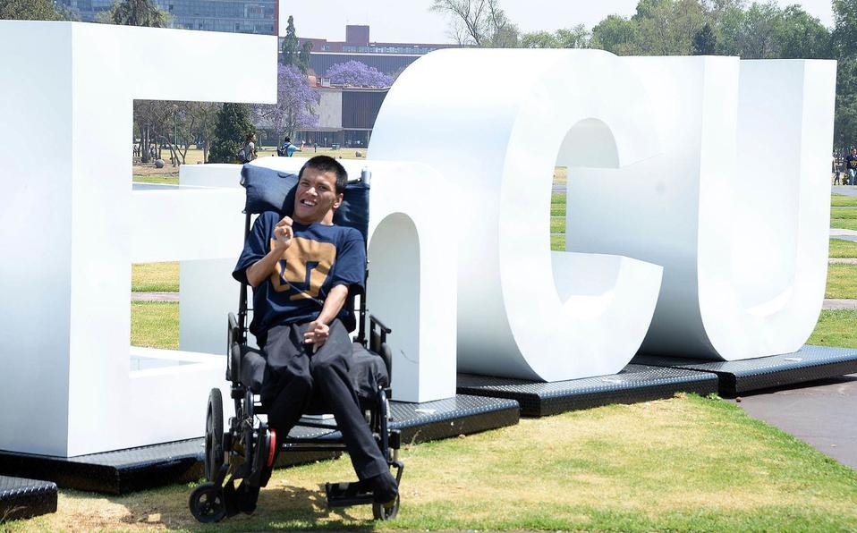 En ejemplo de inclusión, UNAM incorpora profesor con paralisis cerebral