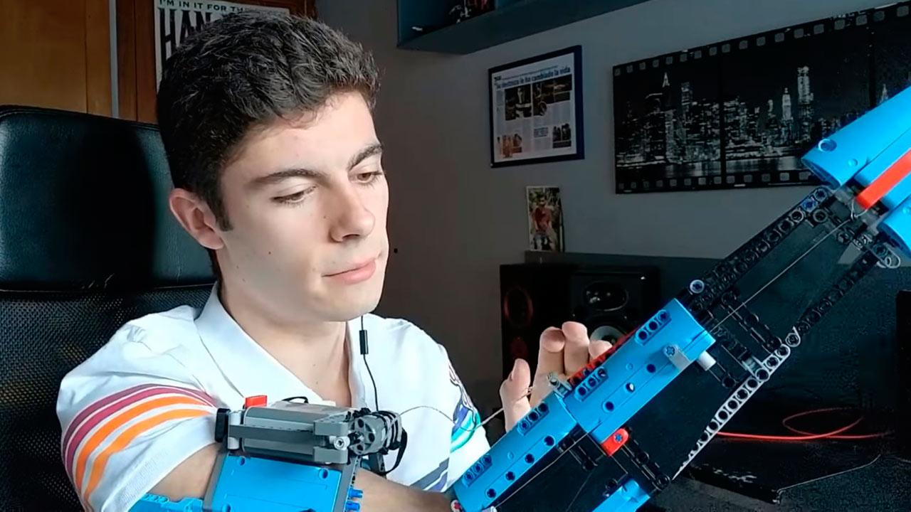 Este joven creó la prótesis de su brazo con piezas de Lego