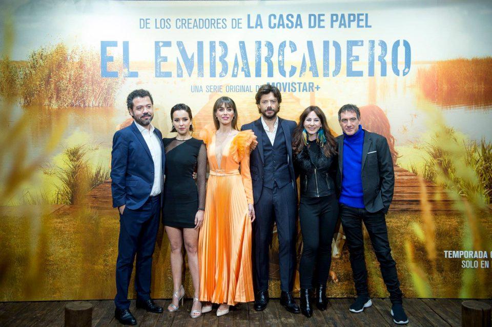 Alex Pina y Esther Martínez junto al reparto de El embarcadero.