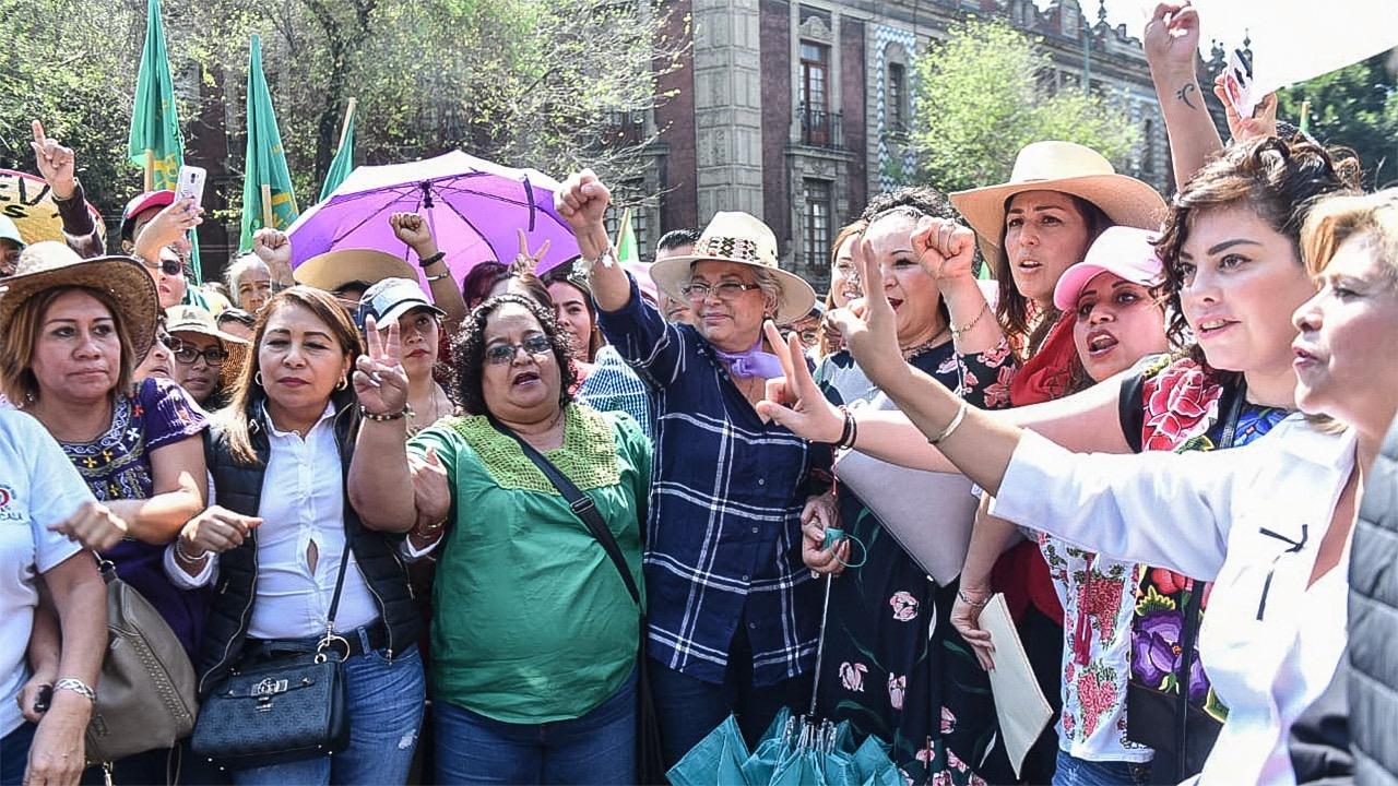 Marchan mujeres hacia el Zócalo; Sánchez Cordero se suma
