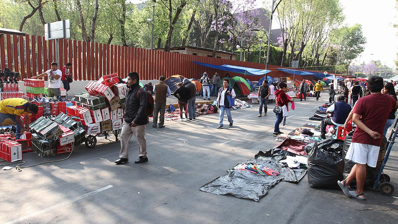 Ambulantes 'se apoderan' del plantón de la CNTE en San Lázaro