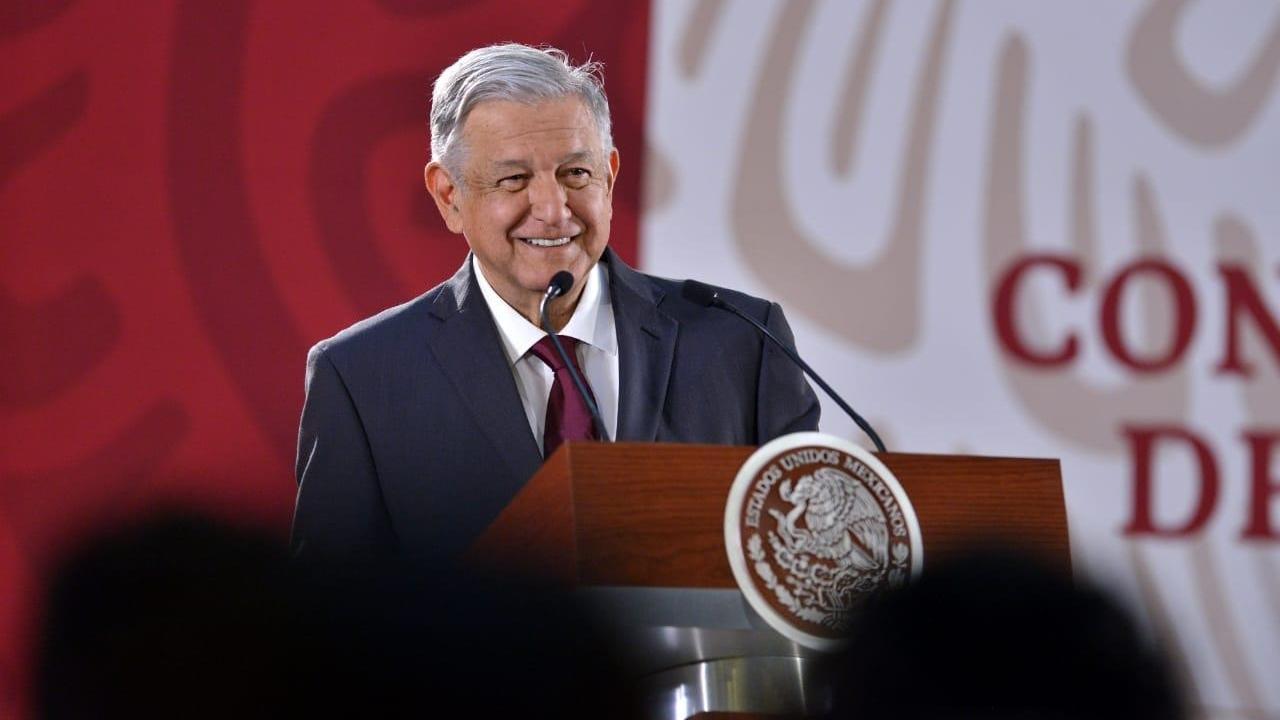 El escritor español Arturo Pérez-Reverte llama imbécil a AMLO por carta a Rey de España