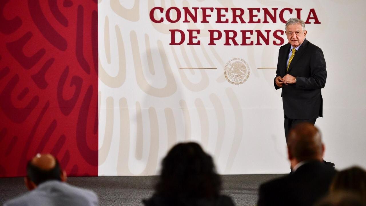 AMLO exhorta a bancos a bajar comisiones con competencia