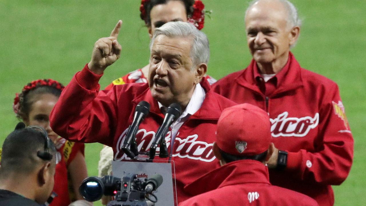Abuchean a López Obrador en evento de béisbol