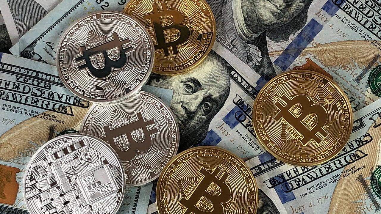Bitcoin: con nuevo récord, se acerca a 1 billón de dólares en valor total