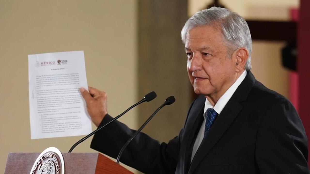 AMLO firma carta con promesa de no reelección: 'basta con 6 años'