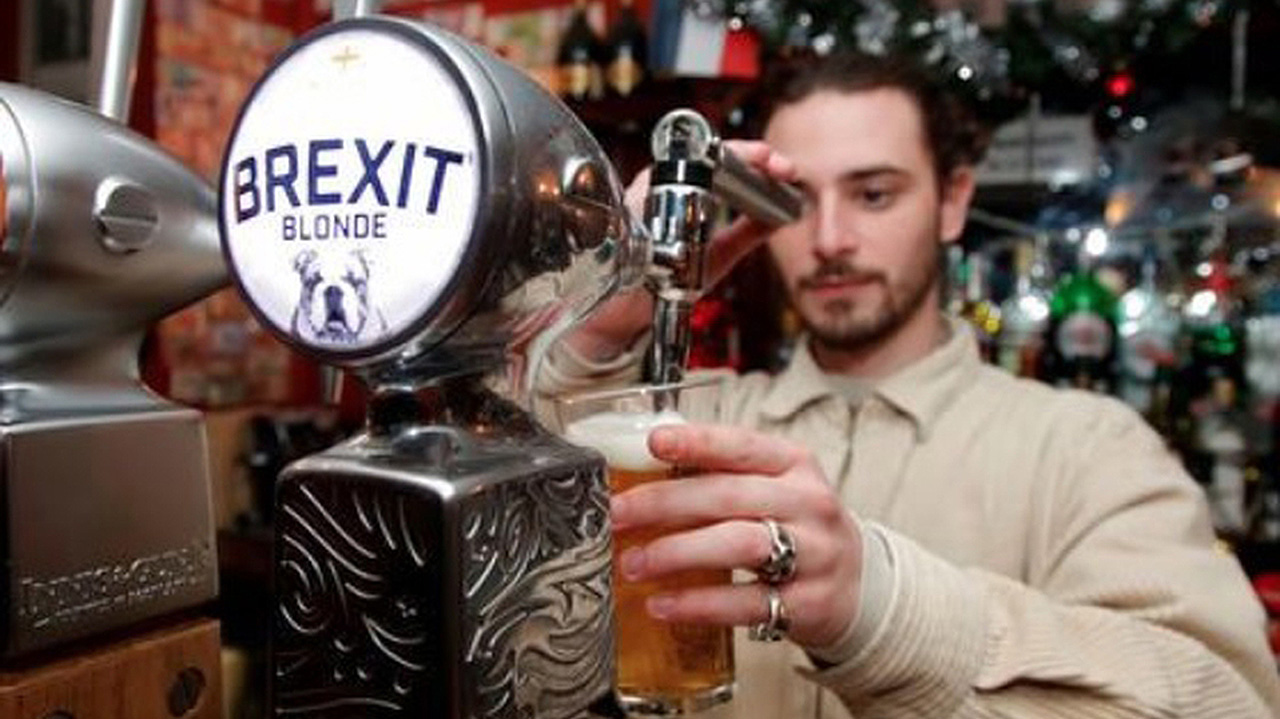 En un pub de París, clientes británicos ahogan sus penas con cerveza 'Brexit'
