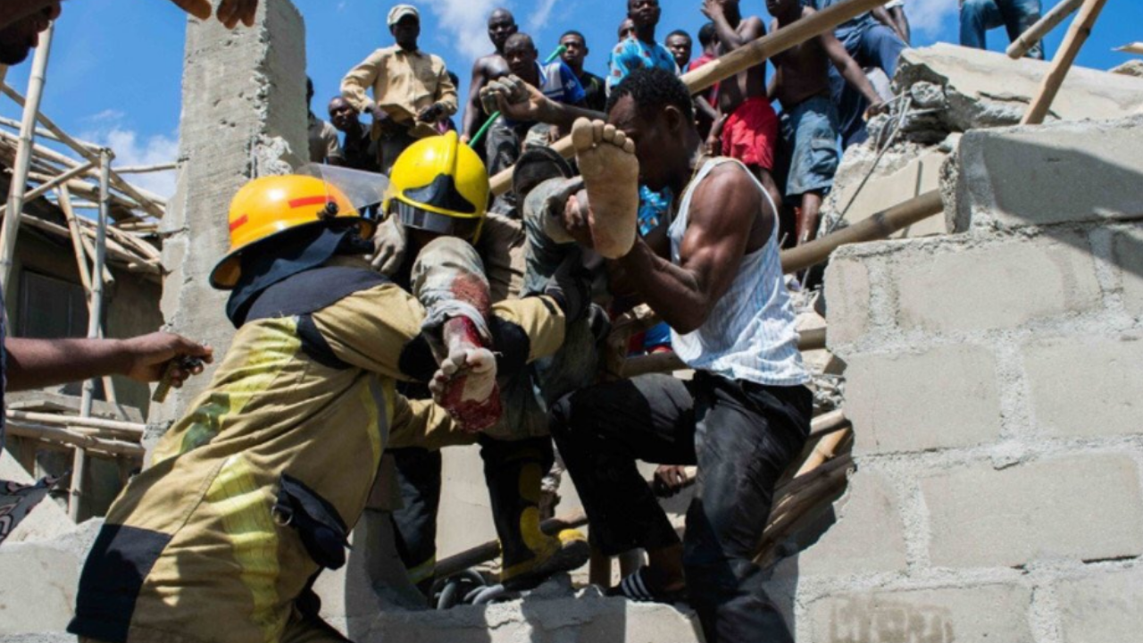 100 niños quedan atrapados tras derrumbe de edificio en Nigeria