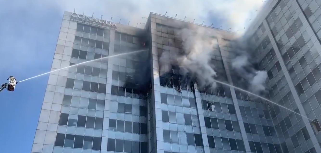 Reportan incendio en oficinas de Conagua en CDMX; bomberos evacúan edificio