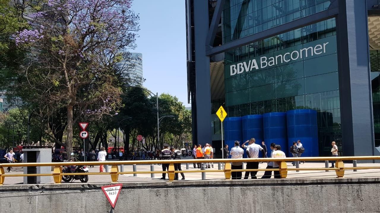Desalojan dos edificios de BBVA Bancomer por amenaza de bomba