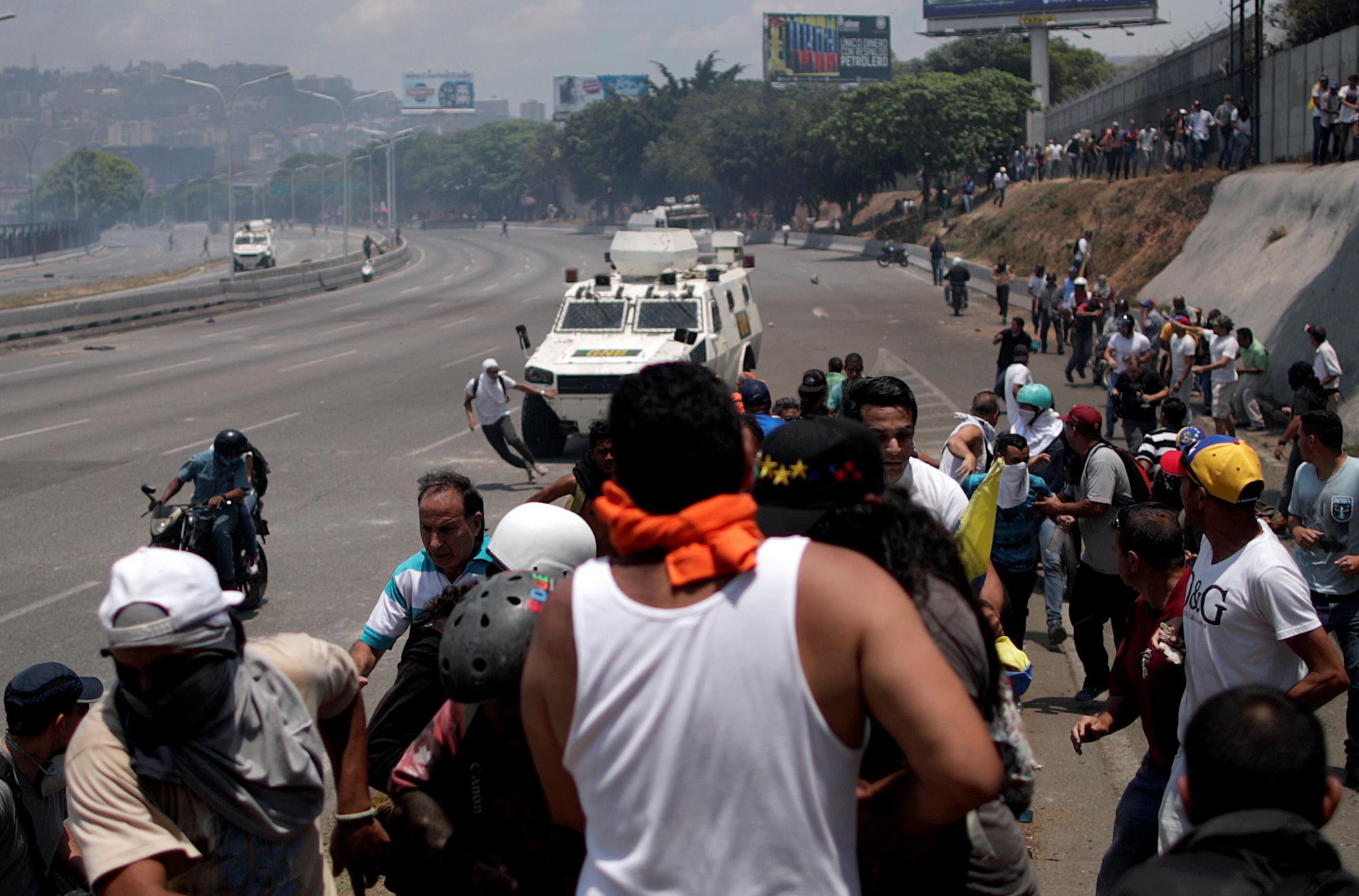 Tanquetas militares arrollan a manifestantes en Venezuela