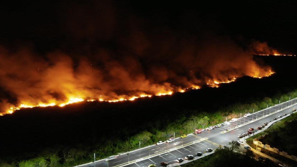 Arde manglar de Los Petenes, más de 200 hectáreas bajo las llamas