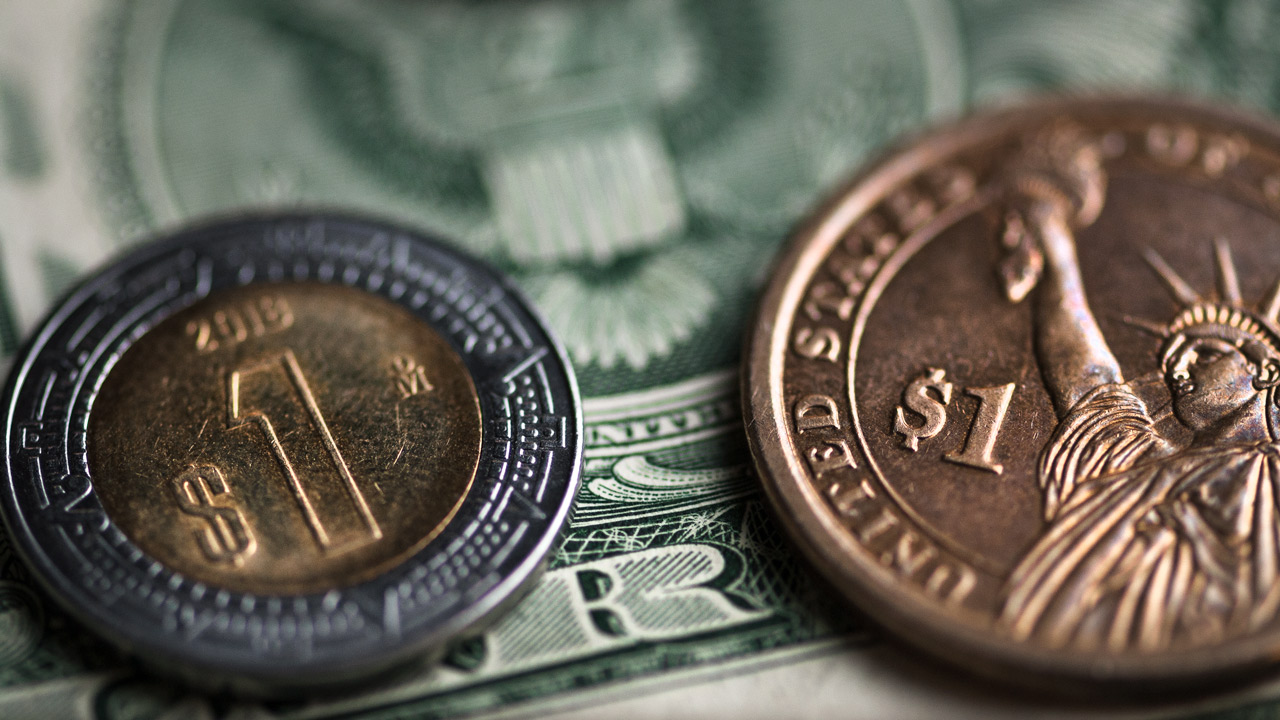 Peso retrocede por recuperación global del dólar; cotiza en 22.19