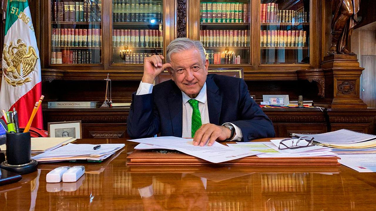 López Obrador firma memorándum para dejar sin efecto la reforma educativa