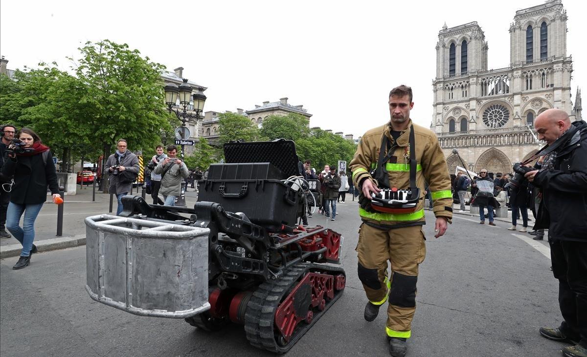 Conoce al robot clave para controlar el incendio de Notre Dame