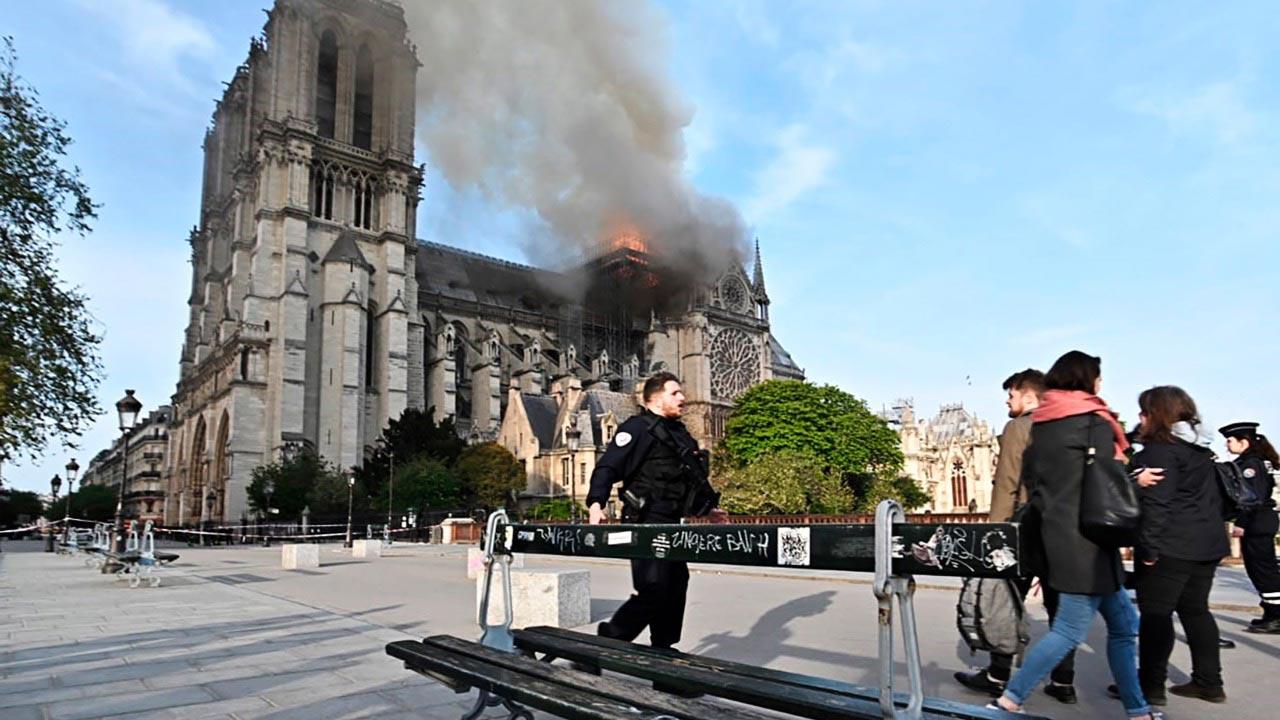 Bomberos aseguran que catedral de Notre Dame está a salvo