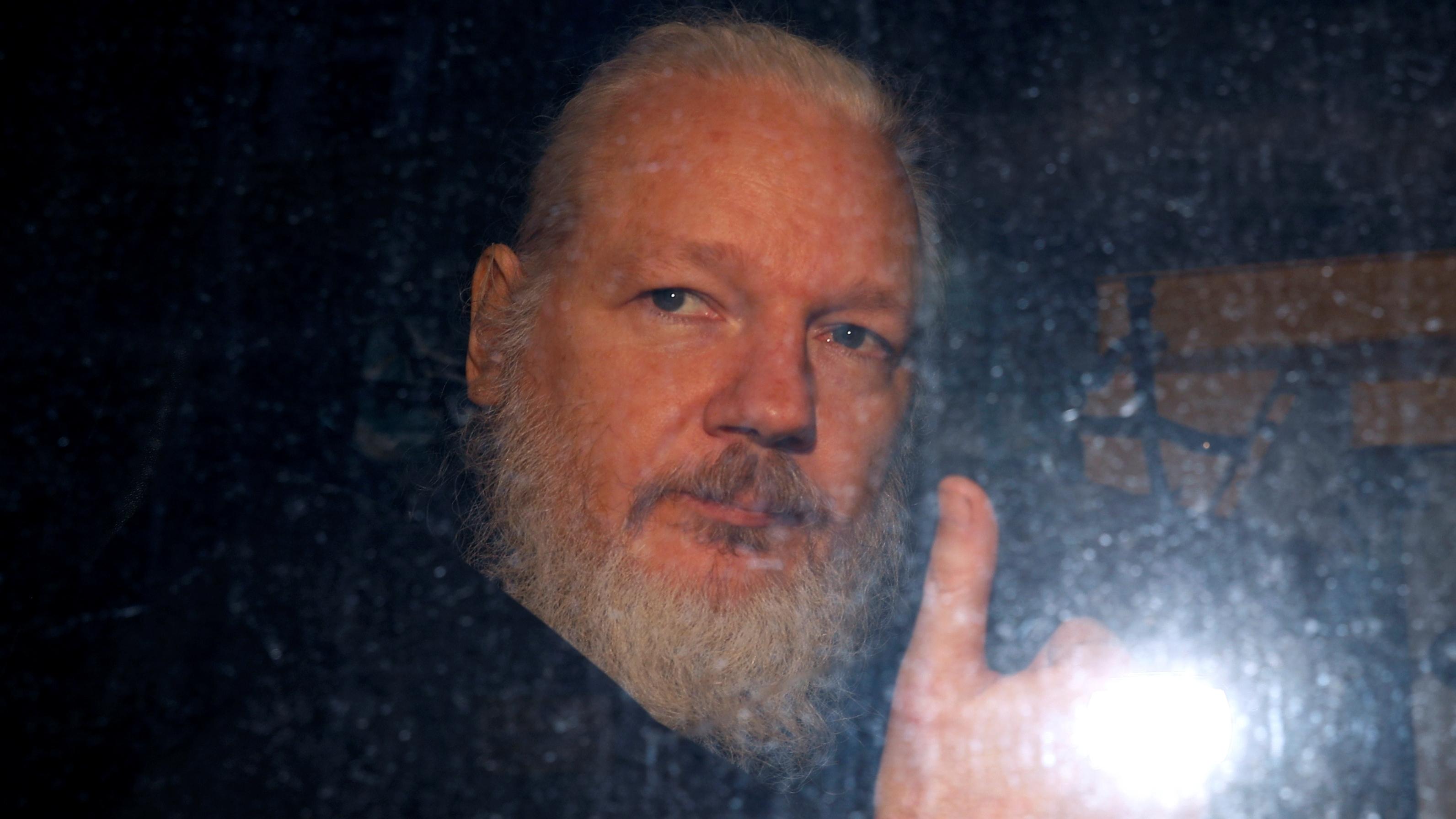 Tras detención de Assange en Londres, EU lo acusa de conspiración