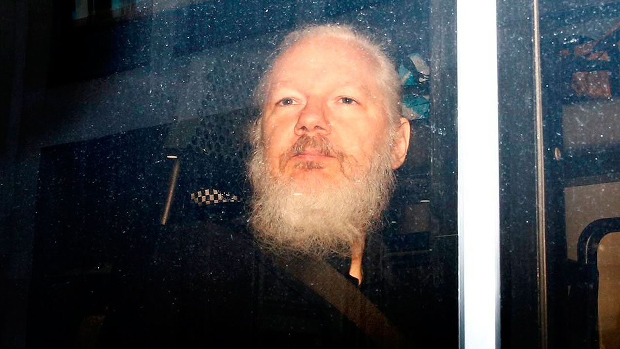 Padre de Assange pide a Australia extradición de su hijo