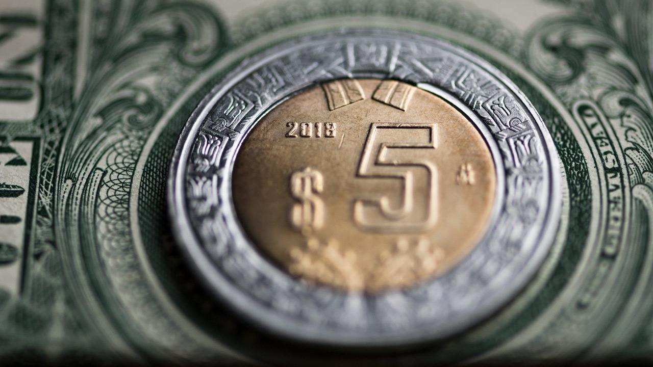Peso cae ante avance del dólar; BMV toca su mejor nivel en una semana