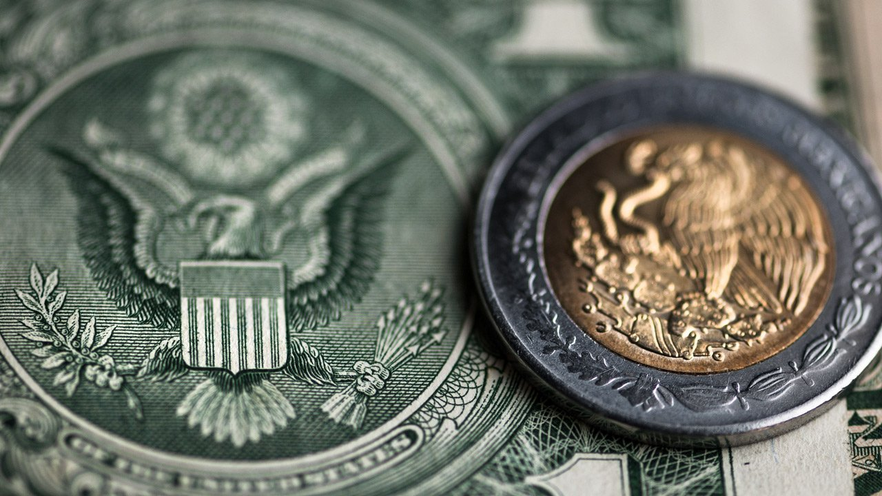 Peso y BMV caen ante incertidumbre comercial, pero anotan avance mensual