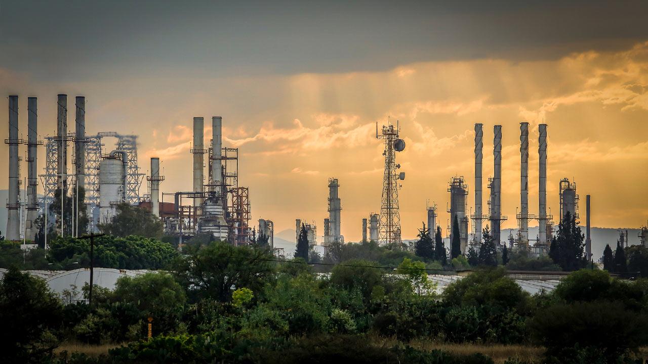 Decisión de México de construir por sí mismo nueva refinería será costosa: Moody's