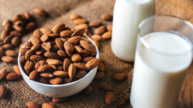 Bebidas de almendra y coco, con menos nutrientes que la leche — Profeco