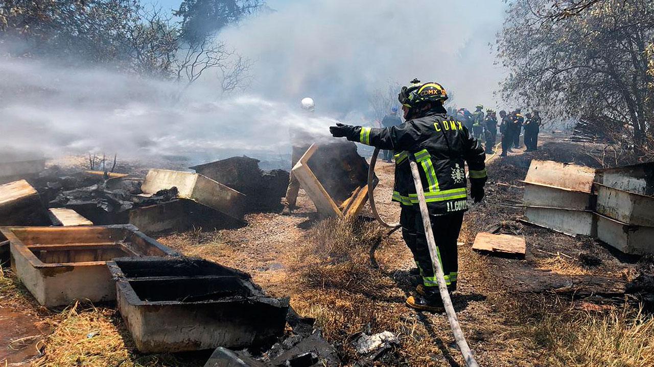 Bomberos trabajan para sofocar incendio en Cuajimalpa
