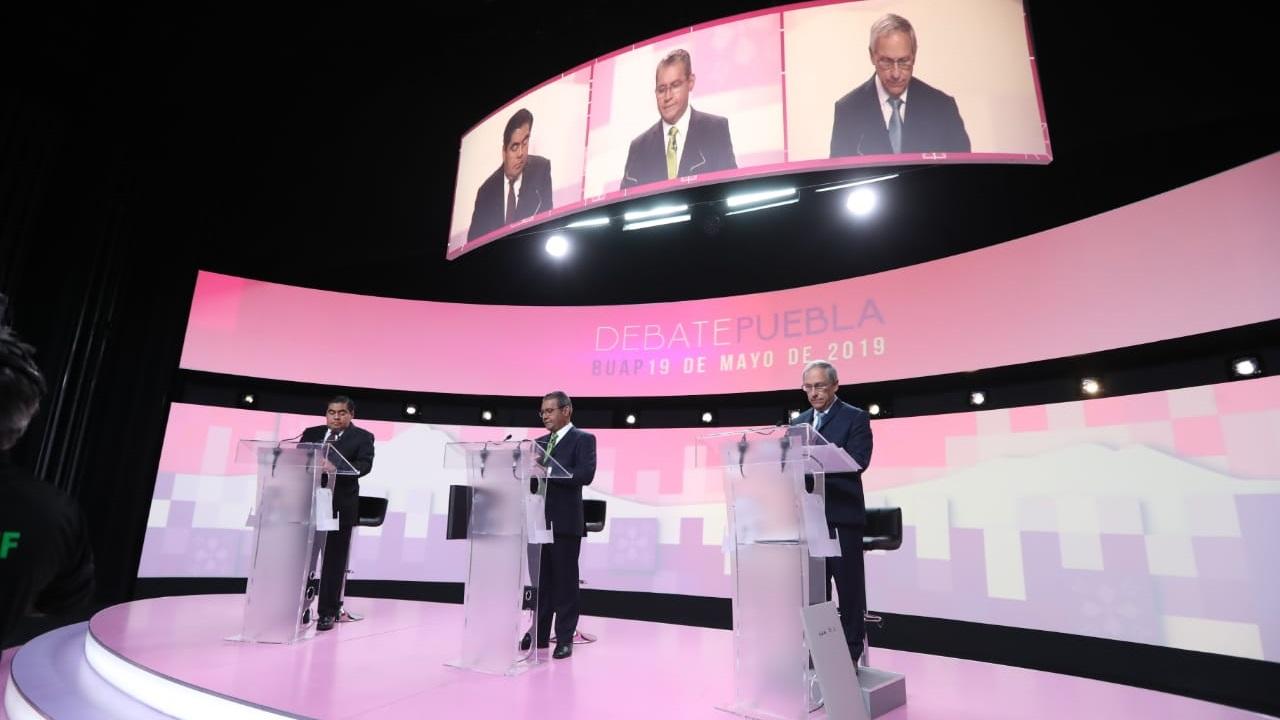 Ataques, retos y promesas prevalecen en debate en Puebla