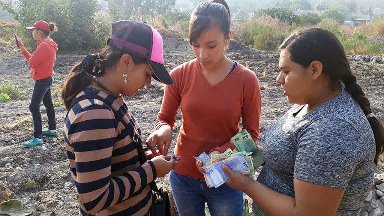 Estudiantes donan parte de becas de AMLO para construir su escuela