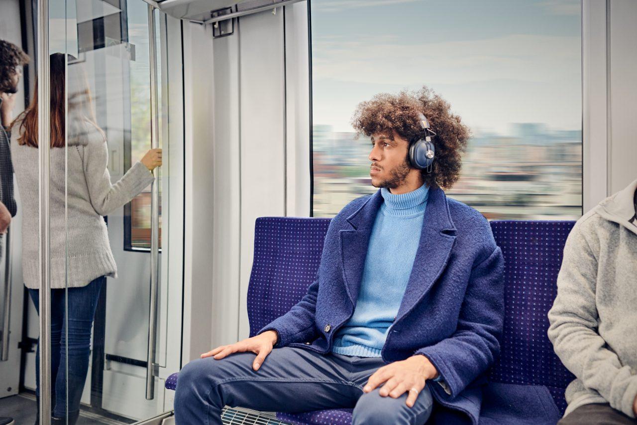 ¿Es saludable escuchar música con audífonos? Más de lo que imaginas