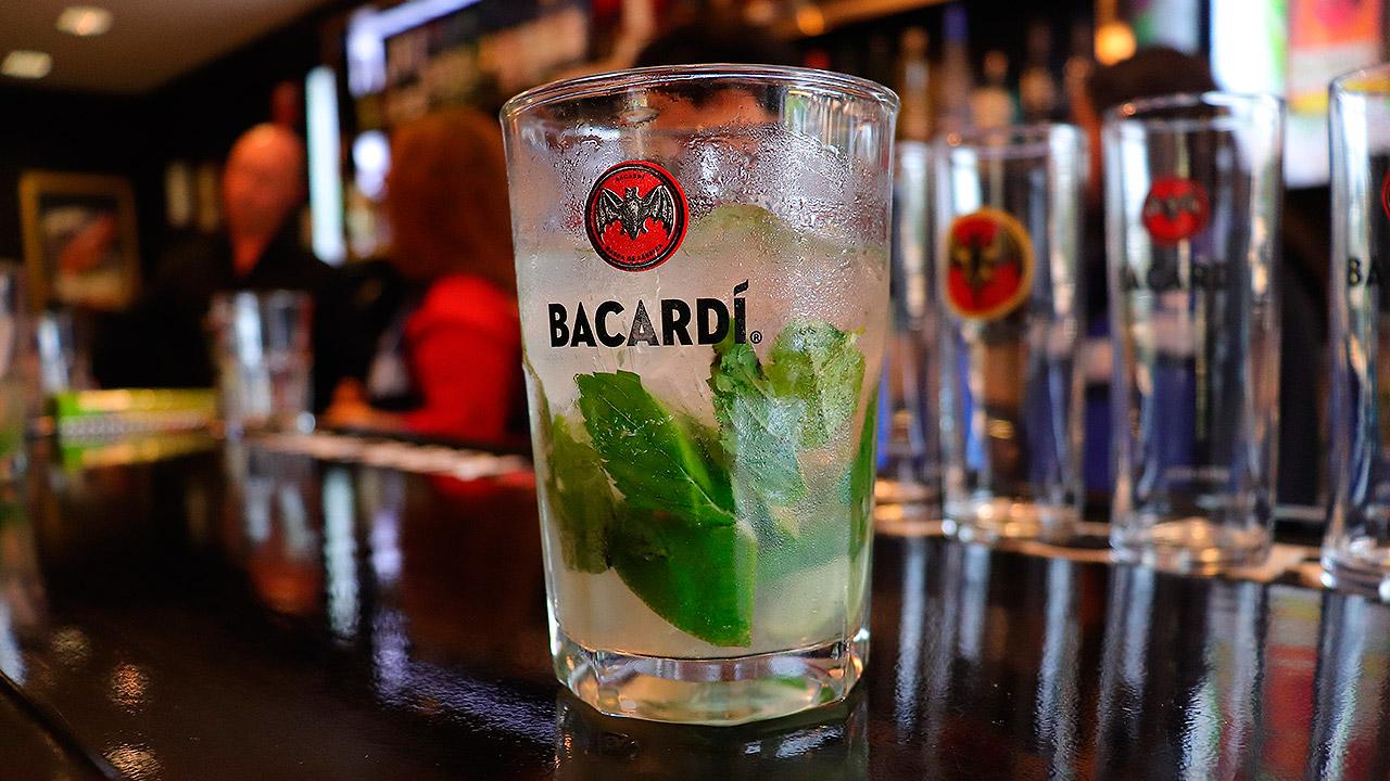 Esta es la planta que produce 300 botellas de Bacardí por minuto en México